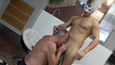 Twink leaves old gay man to suck him