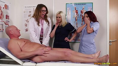 Seductive scenes anon these nurses get proclaim with an older patient